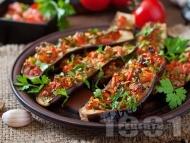 Постни патладжани (сини домати) върху хартия за печене пълнени с киноа, чушки и домати на фурна